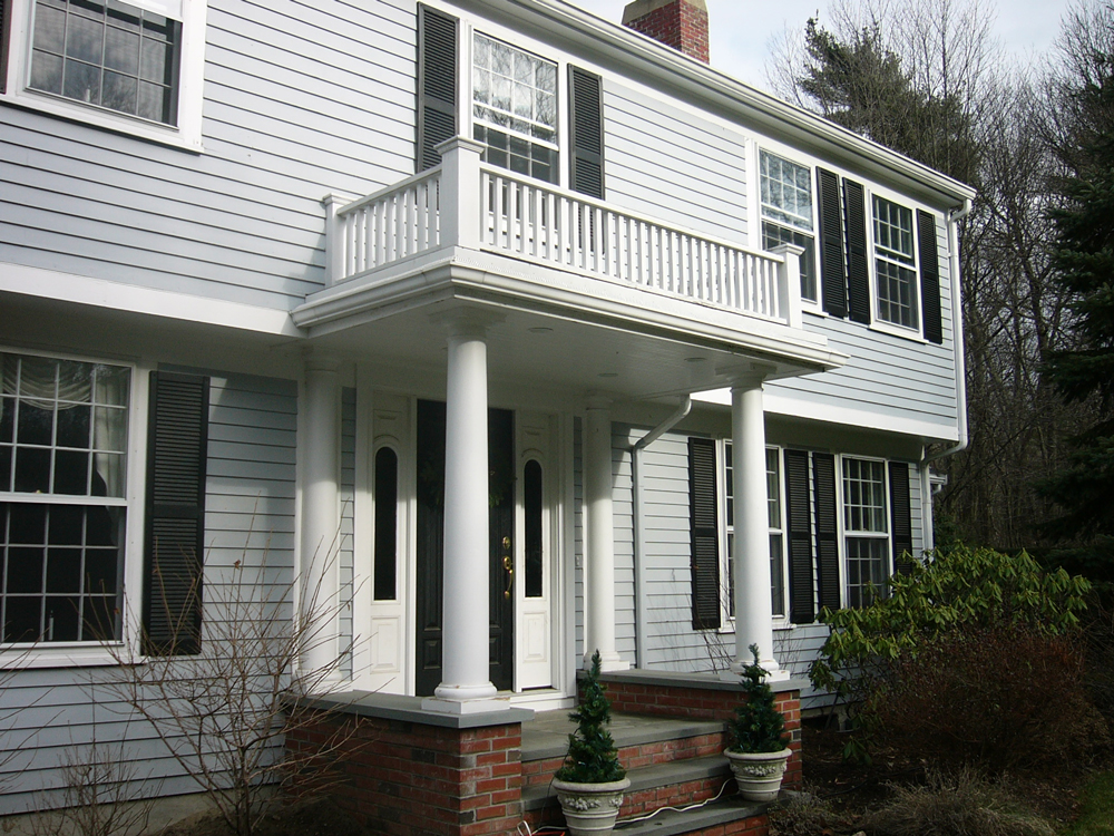 Entry with balcony and columns